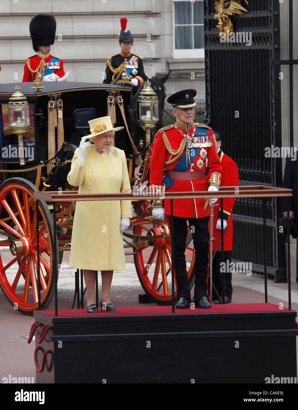 La reina Isabel II y el Príncipe Felipe, Duque de Edimburgo, en el Palacio de Buckingham para el Trooping del Color Ceremonia de junio de 2012 Foto de stock