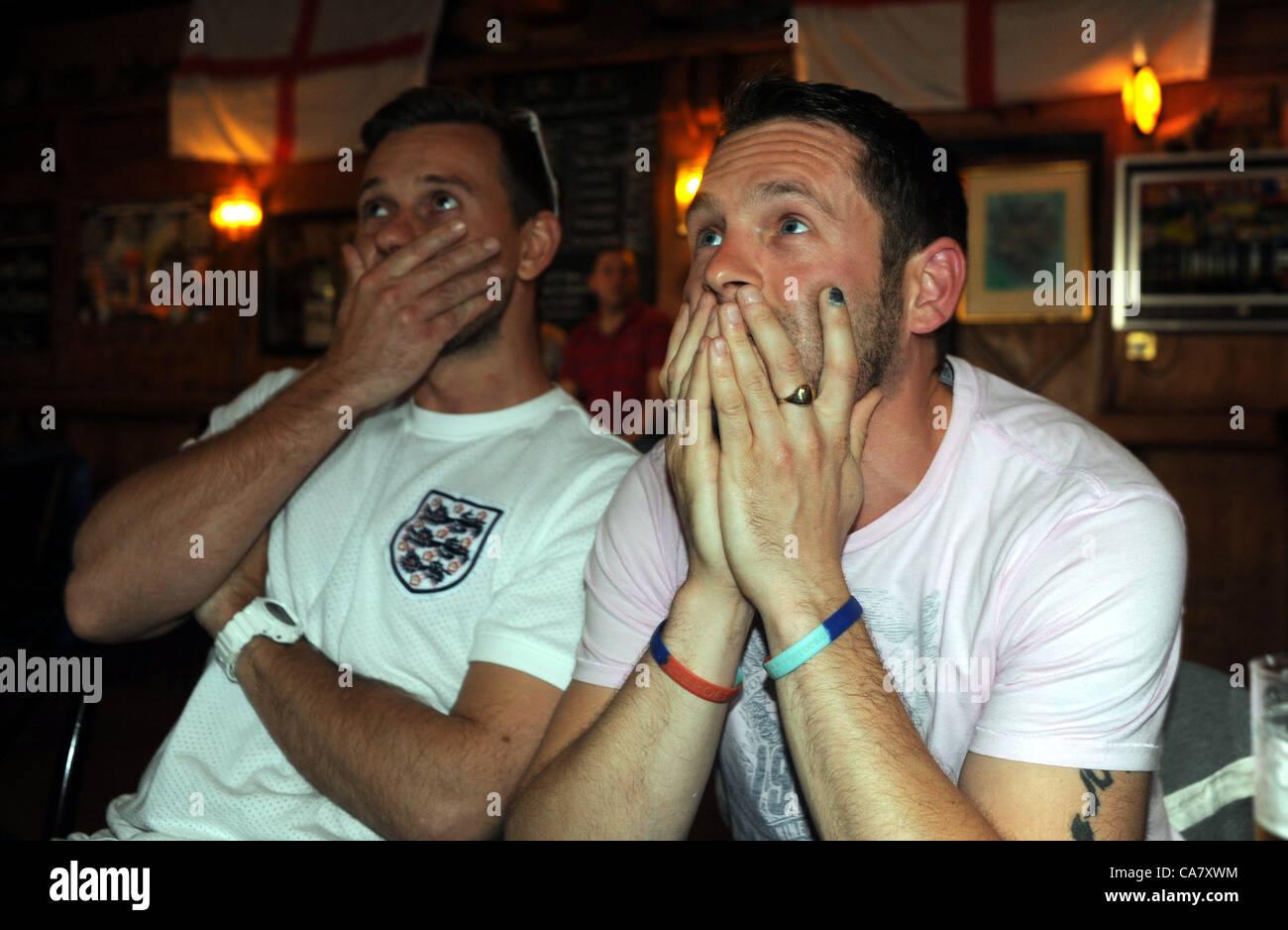 Brighton, Reino Unido el 24 de junio de 2012 - tensos momentos para Inglaterra fans en el largo Hombre de Wilmington Imagen De Stock