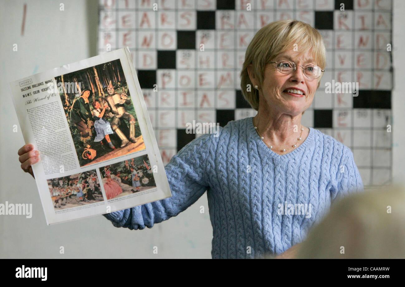 María voluntarios FRAN RIGGS sostiene un viejo recorte de noticias con cobertura de el Mago de Oz como ella Imagen De Stock