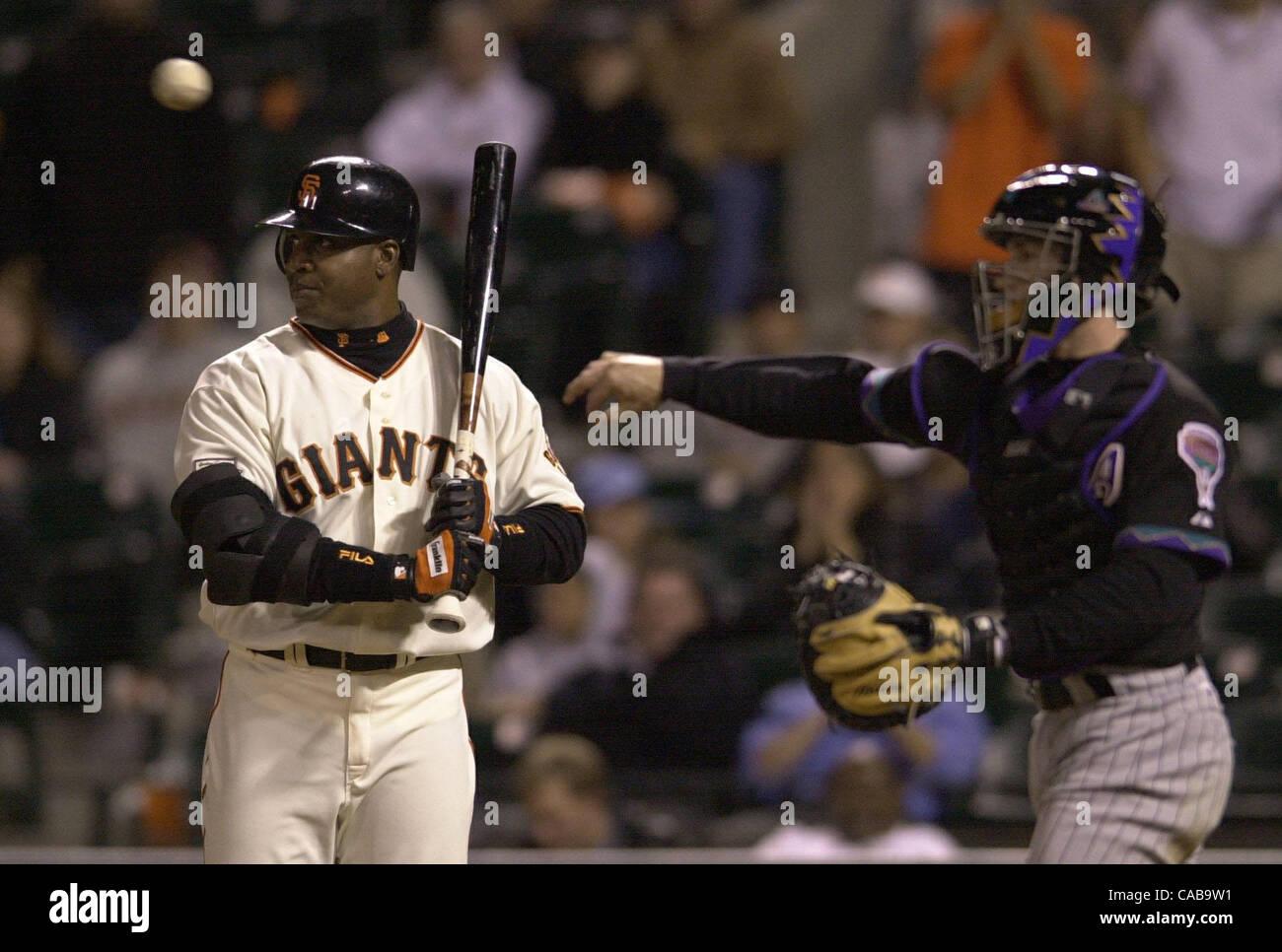 Los Gigantes de San Francisco Barry Bonds es intencionalmente caminó en la décima entrada con el marcador empatado Foto de stock