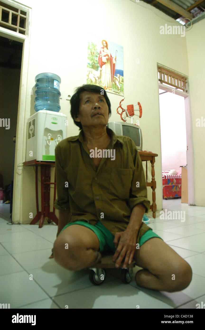 Julio 12, 2010 - Tangerang, Banten, Indonesia - Un ex enfermo de lepra, CUN SAN, de 62 años, se sienta sin su prótesis a casa. CUN SAN sufrió la lepra a la edad de 28 años, y sufrió la amputación de ambas piernas después de que el tratamiento ha fallado la operación seis veces. Tiene cuatro hijos que están sanos Foto de stock