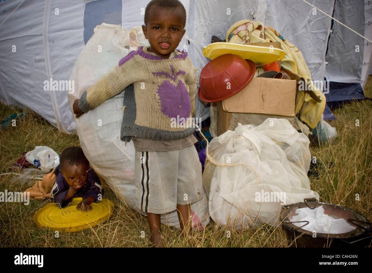 1. Pdi - Nakuru. Más de 1000 personas han huido a la Iglesia de la Santa Cruz. La mayoría de los cuales fueron incendiadas, las casas de los miembros de la familia a machetazos ante sus ojos y tiendas quemadas. Kalingins comenzó a incendiar sus hogares y los kikuyus respondieron en un contador mida que trajo a todos de Naivasha Foto de stock