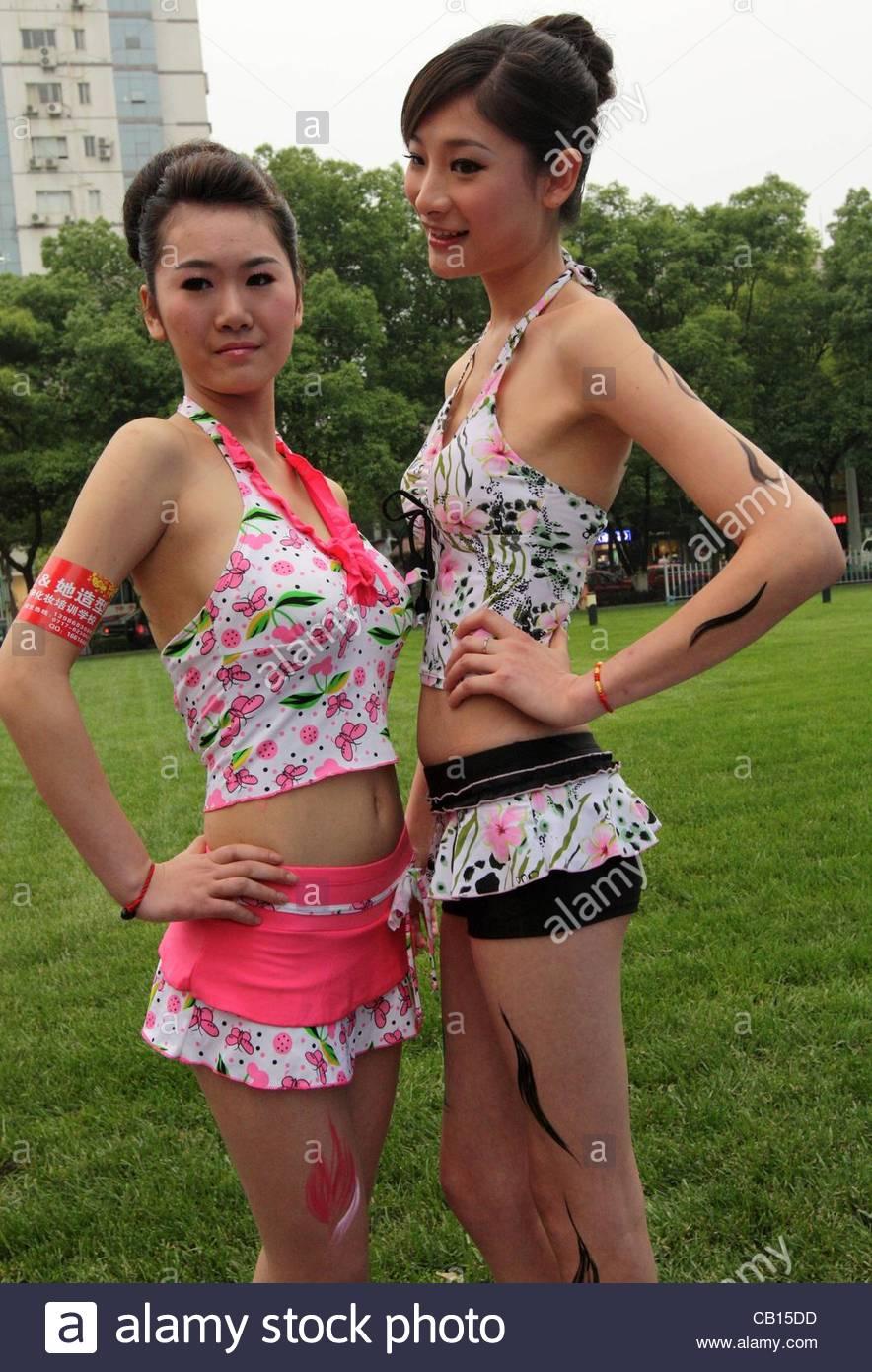 Los Modelos Son La Realizacion De Body Painting En Una Primavera
