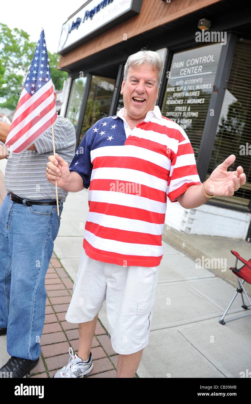 Hombre vestido con camiseta con Bandera Americana design relojes el ...