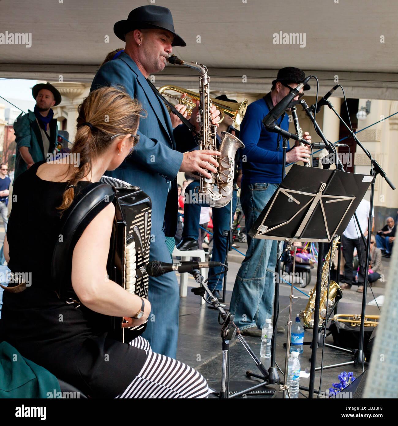 High Noon es un festival comunitario local Northcote Music Fest en Melbourne, Australia, banda tocando en el escenario Foto de stock