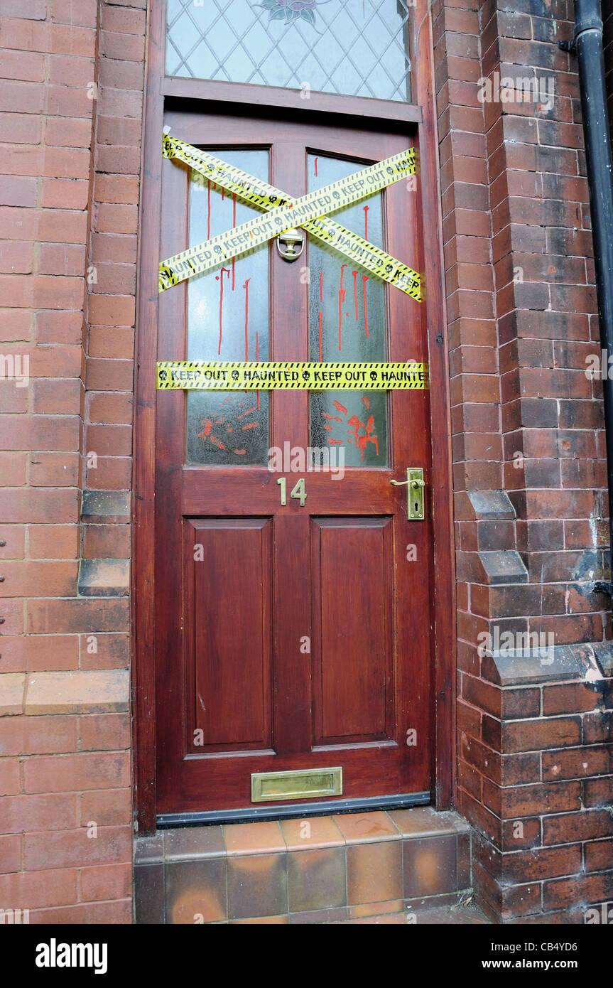 Puerta frontal con pegatinas de embrujada y falsos sangrienta huella Imagen De Stock