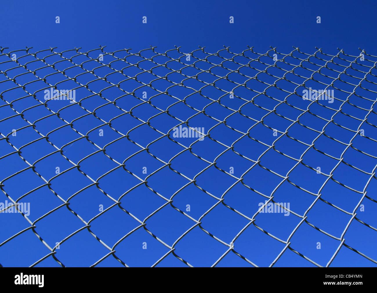 Eslabón de la cadena cerco contra un cielo azul Imagen De Stock