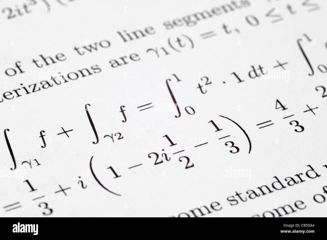 Las ecuaciones matemáticas en un papel de escuela Imagen De Stock
