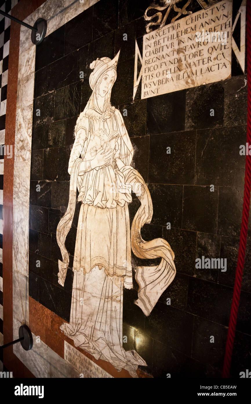 Detalle de un panel (Sibila tiburtina) de la extensa y con incrustaciones de mármol grabado pavimento dentro Imagen De Stock