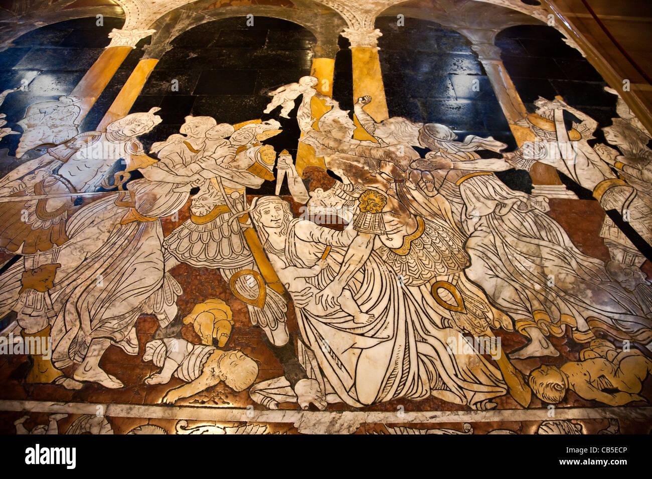 Parte de la matanza de los inocentes el panel (1481), de Matteo di Giovanni en el pavimento dentro de la catedral Imagen De Stock