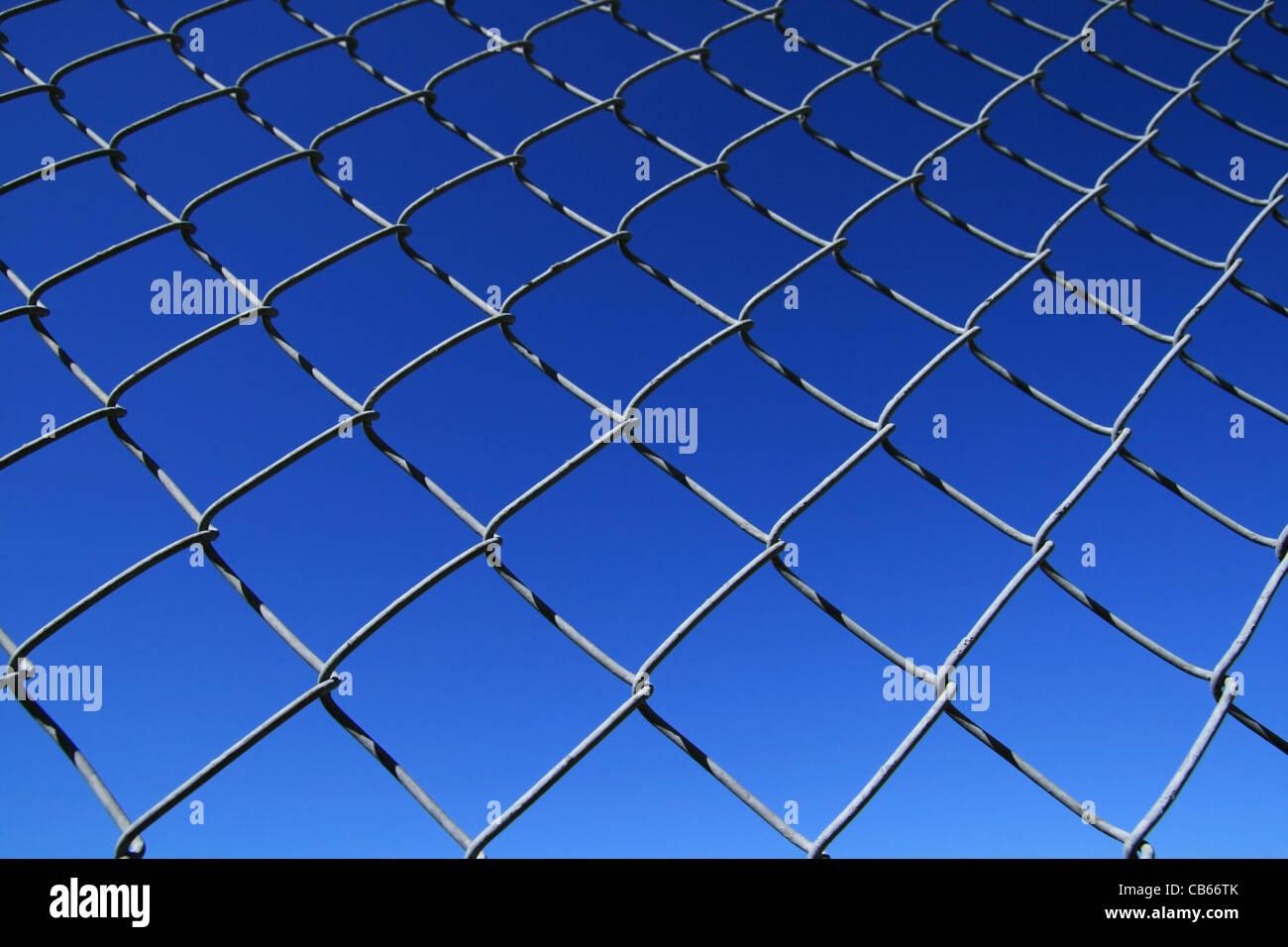 Eslabón de la cadena cerco malla con fondo de cielo azul Imagen De Stock