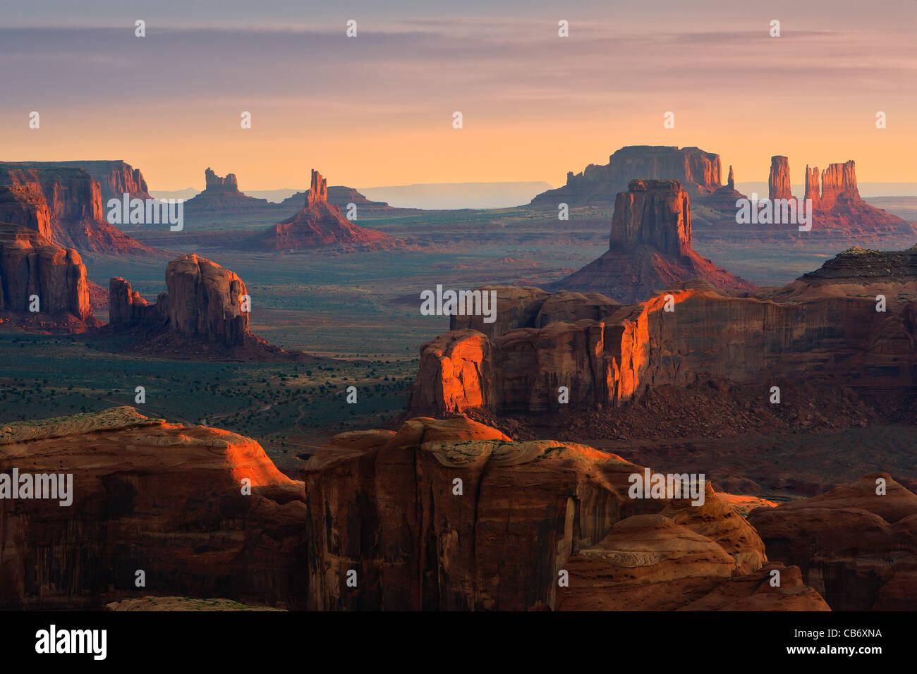Amanecer con la vista de Hunts Mesa en Monument Valley, en la frontera de Utah y Arizona, EE.UU. Imagen De Stock