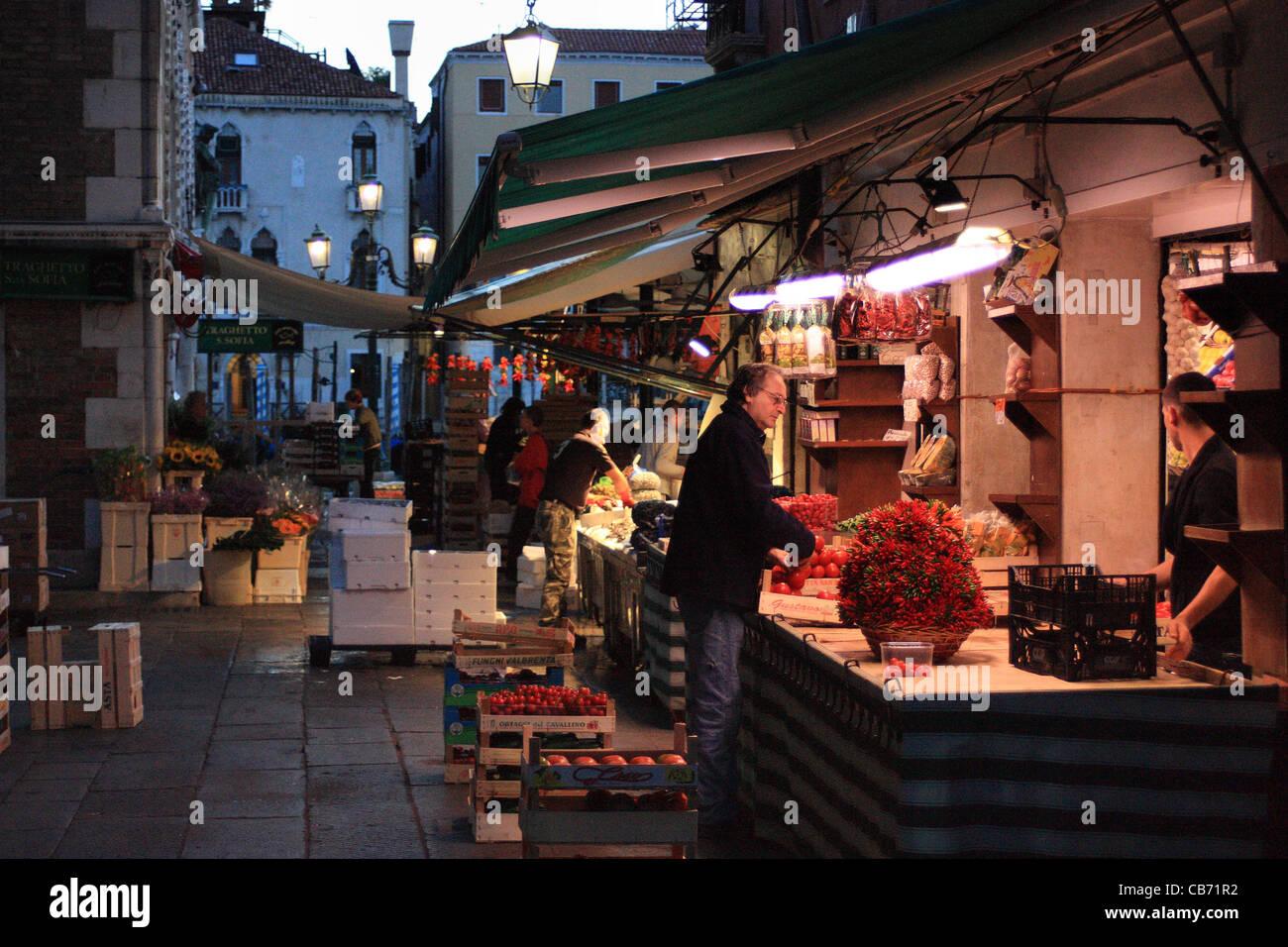Temprano en la mañana - mercado de fruta y pescado de Rialto en Venecia, Italia Foto de stock