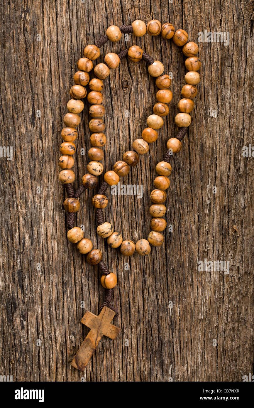El rosario de madera sobre el fondo antiguo de madera Imagen De Stock