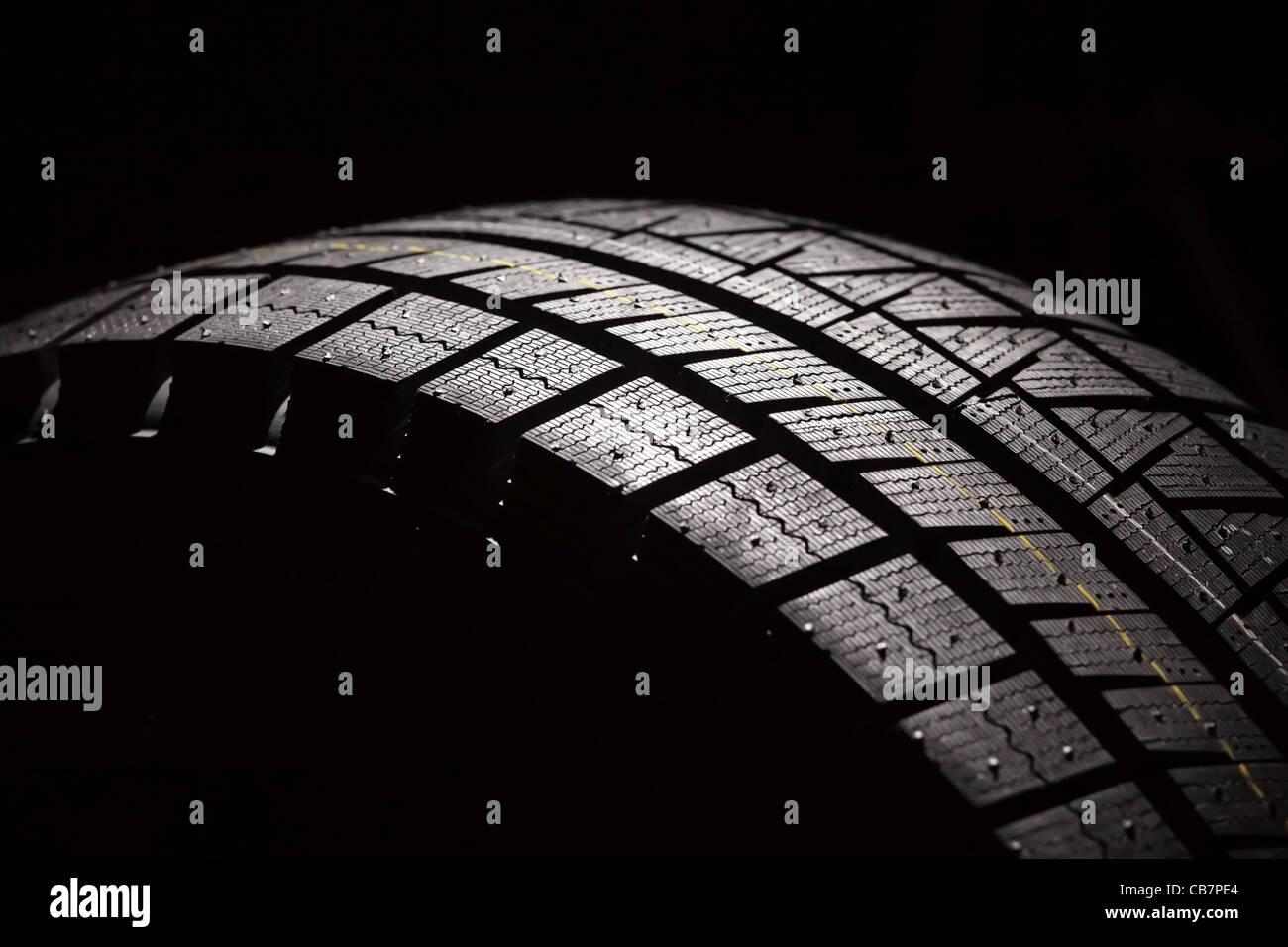 Parte del nuevo neumático de coche. Composición horizontal. Foto de stock