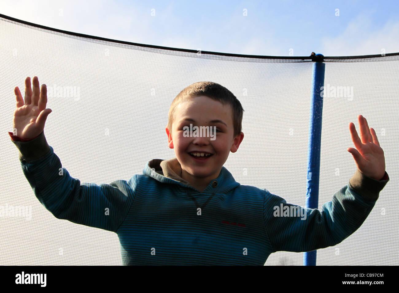 Muchacho sobre trampolín Imagen De Stock