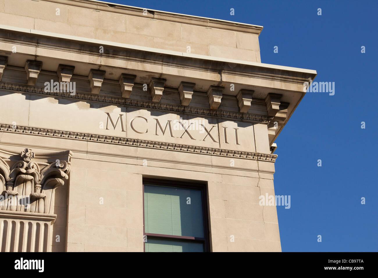 Edificio Construido En 1922 Con Números Romanos Mcmxxii Esculpidos