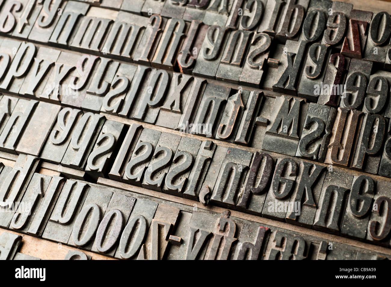 Una bandeja de letras de madera tallada, parte de una tipografía. Imagen De Stock