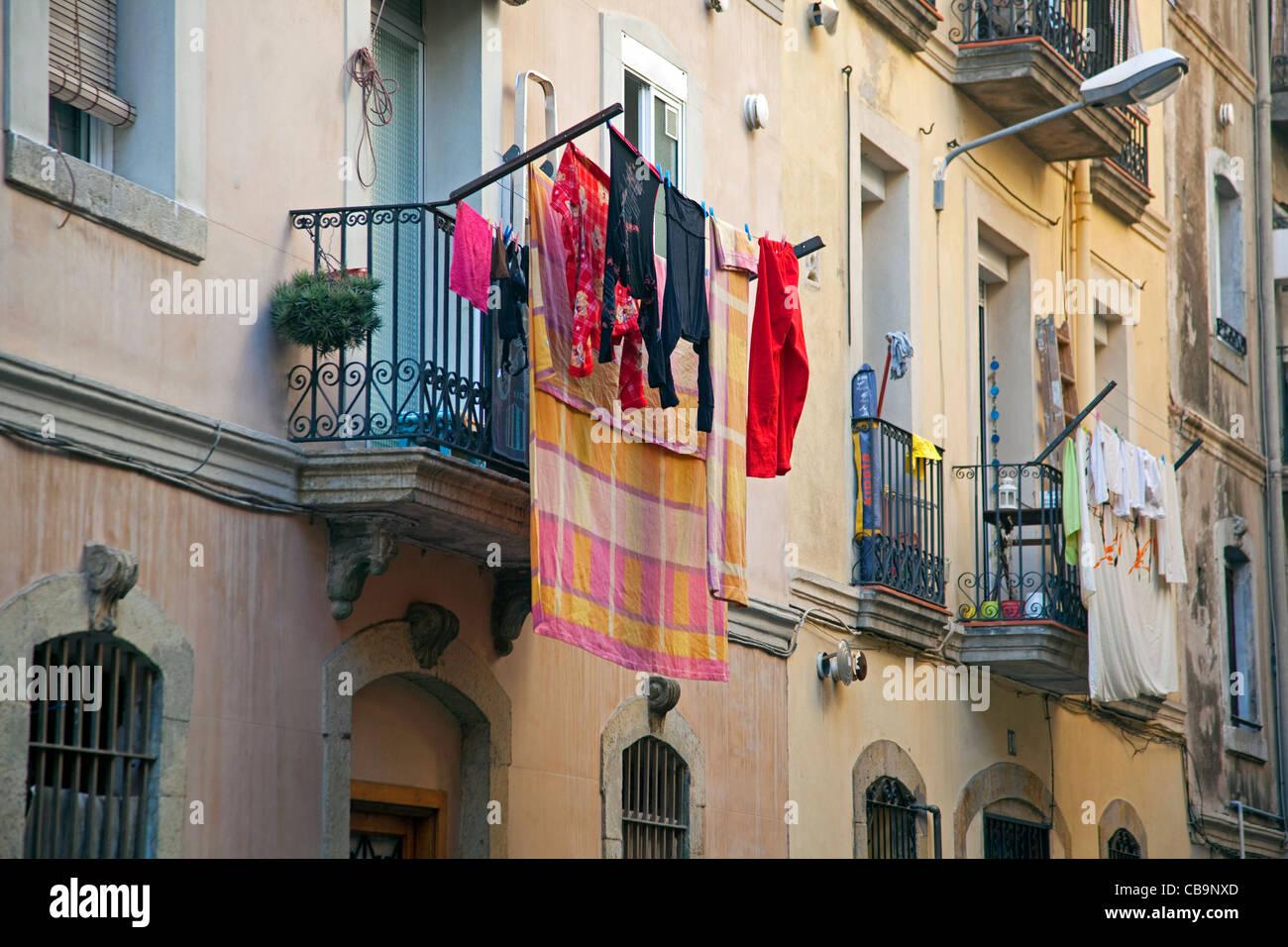 Secado de lavandería desde el balcón en el barrio La Barceloneta en Barcelona, España Foto de stock