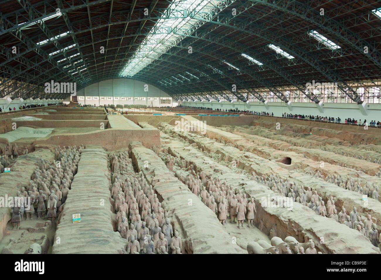Las multitudes de turistas que visitan ejército de guerreros de terracota hoyo número 1, Xian, provincia Imagen De Stock