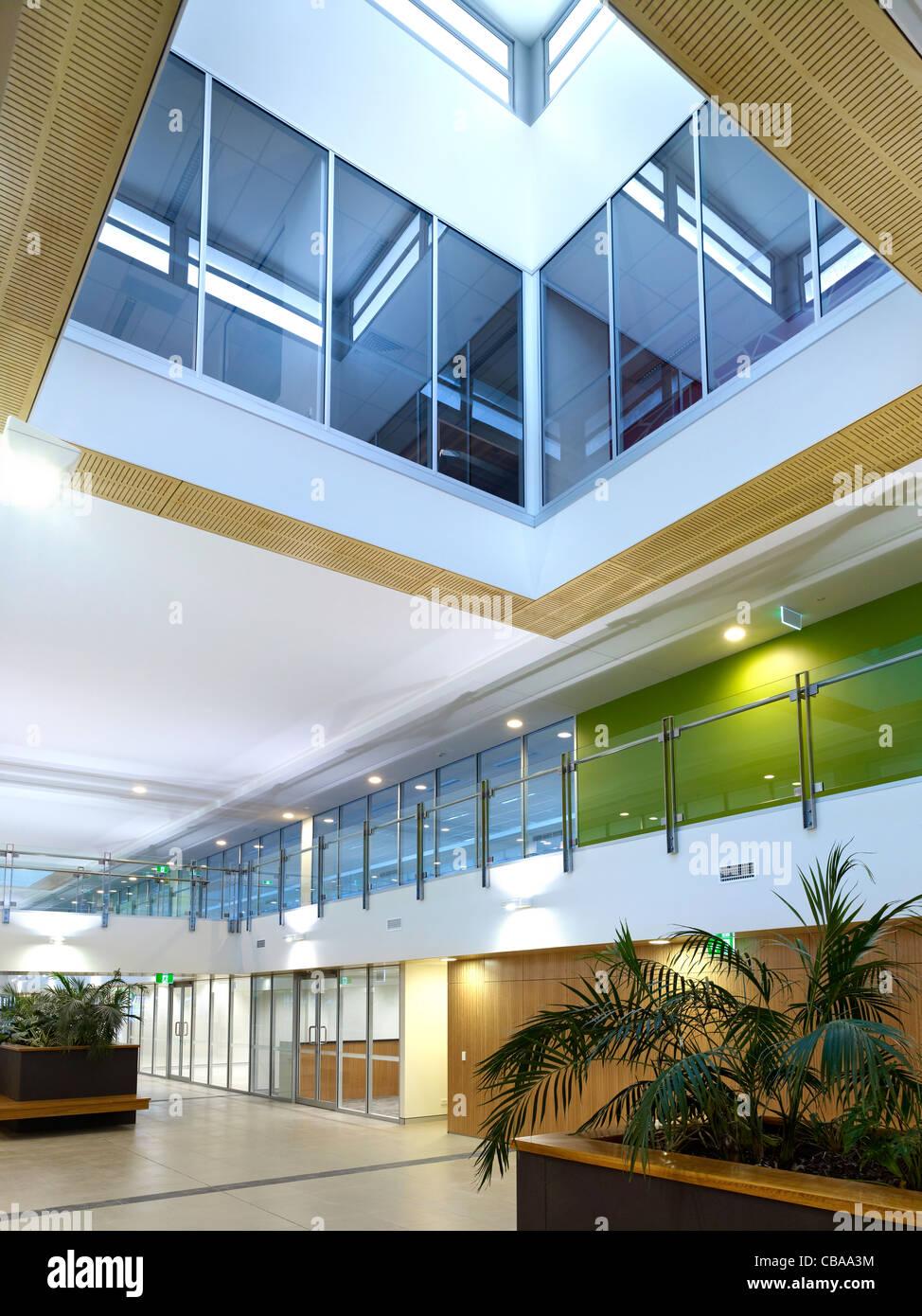Interior comercial moderno vestíbulo con atrio de luz diurna Imagen De Stock