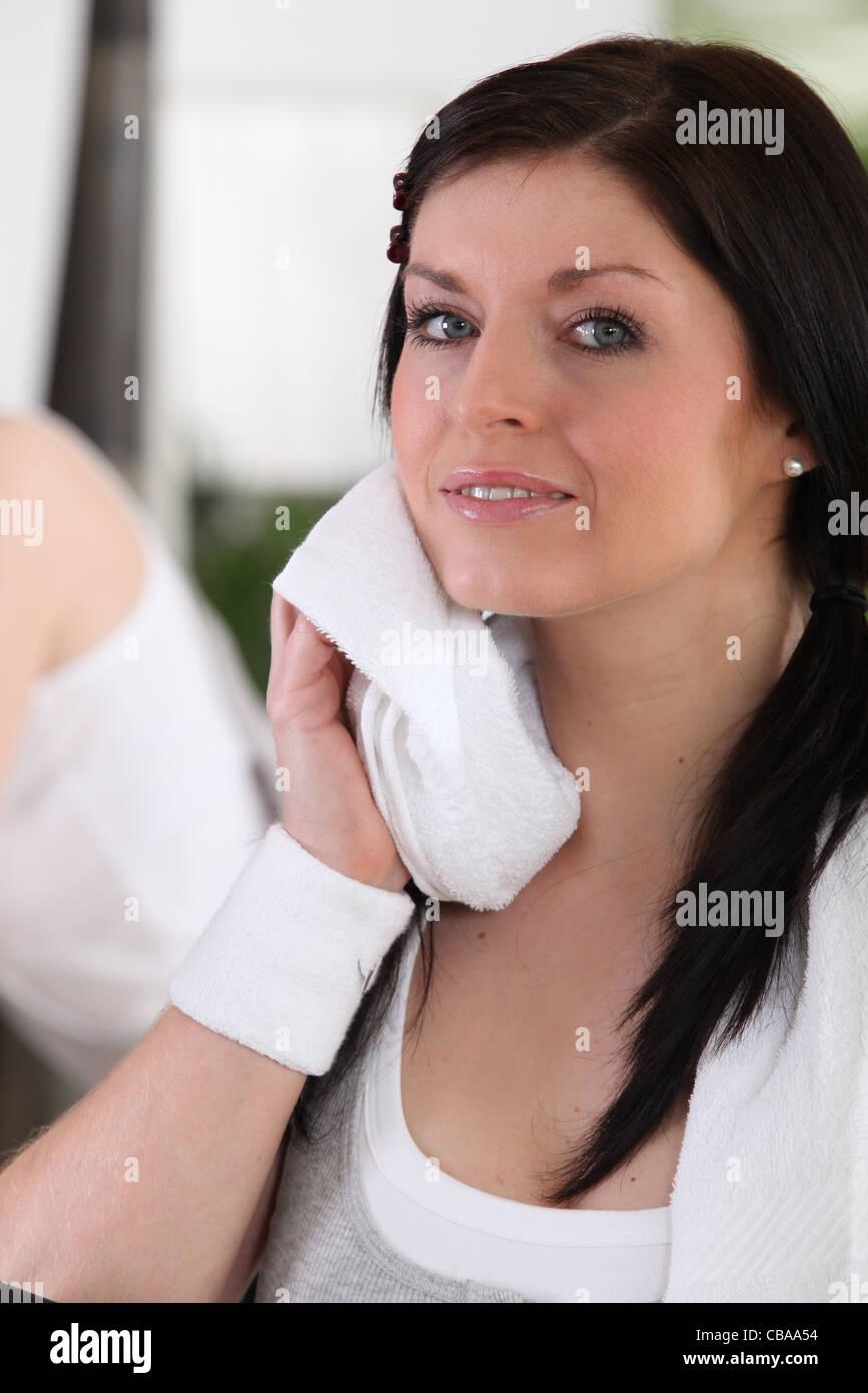 Una mujer sudoroso en el gimnasio Imagen De Stock