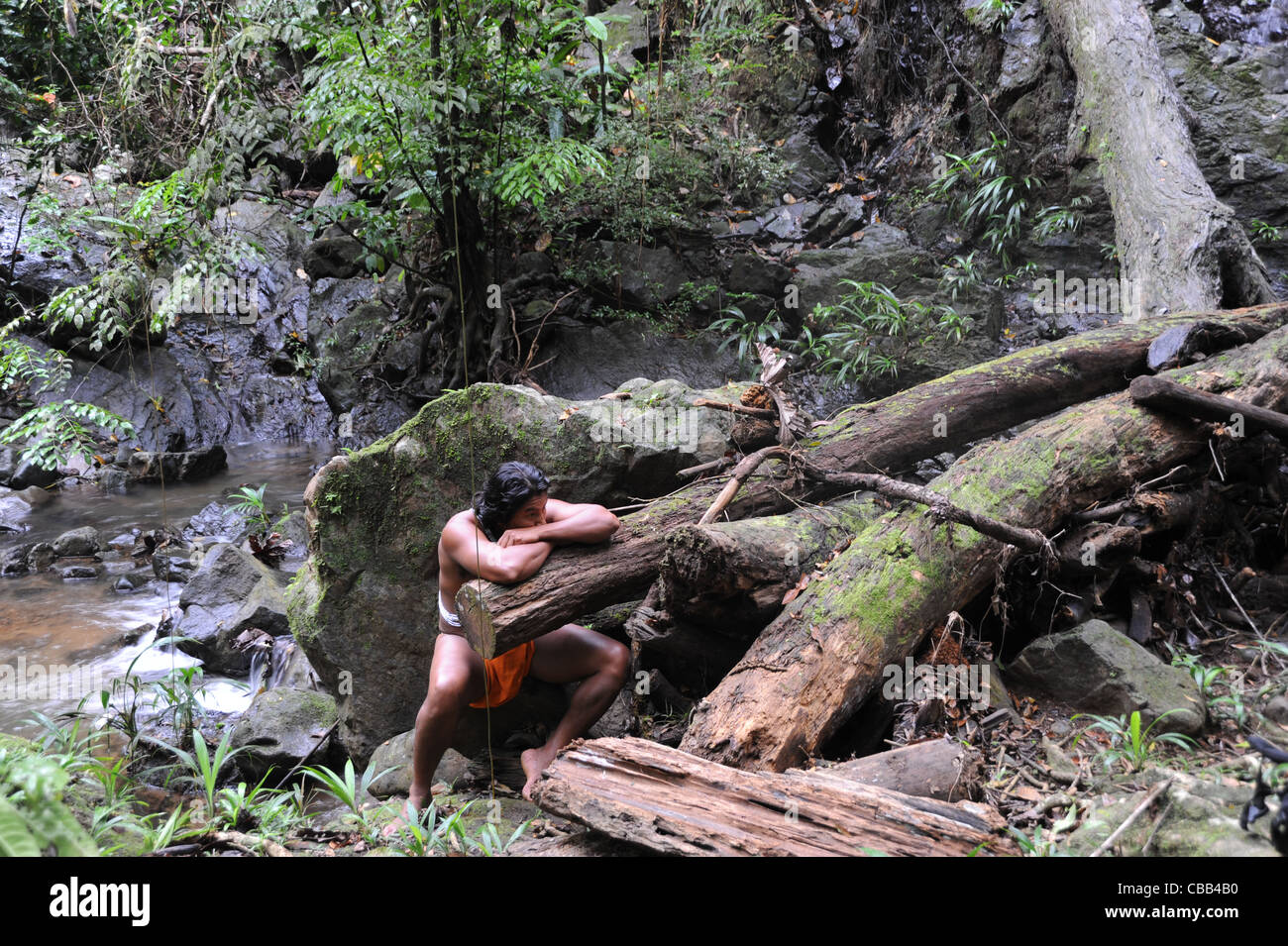 Hombre indio Embera en la selva en la comunidad indígena Embera Puru en Panamá Foto de stock