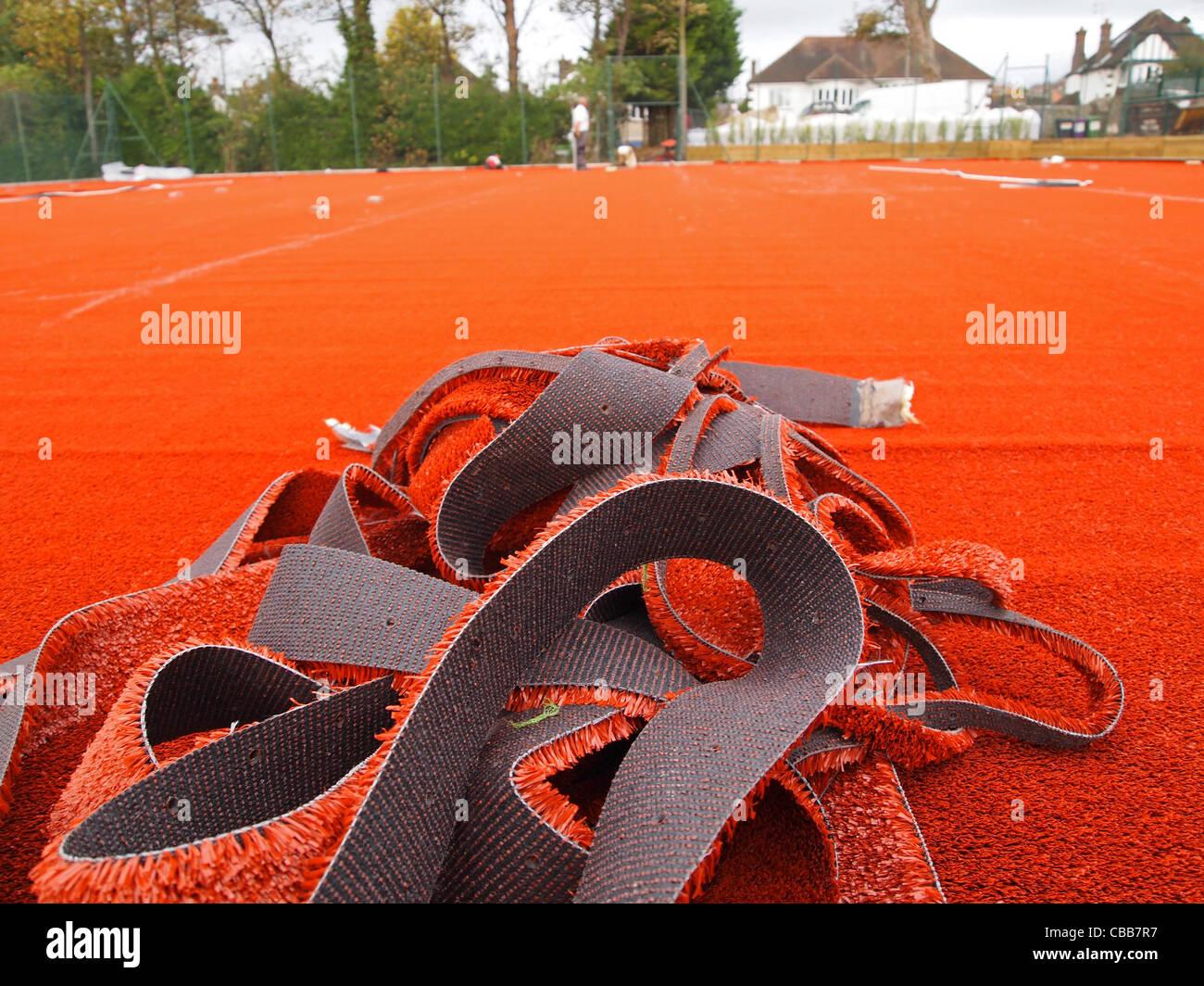 Construcción de canchas de tenis de arcilla sintética - izquierda sobre recortes de la estabilidad mat Imagen De Stock