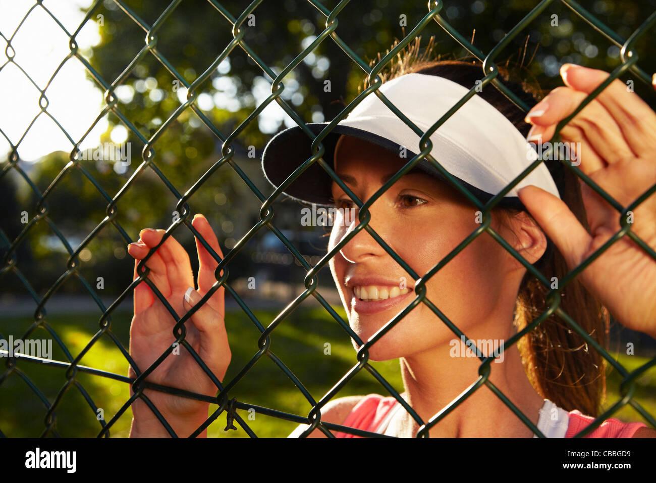 Mujer mirando a través del eslabón de la cadena cerco Imagen De Stock
