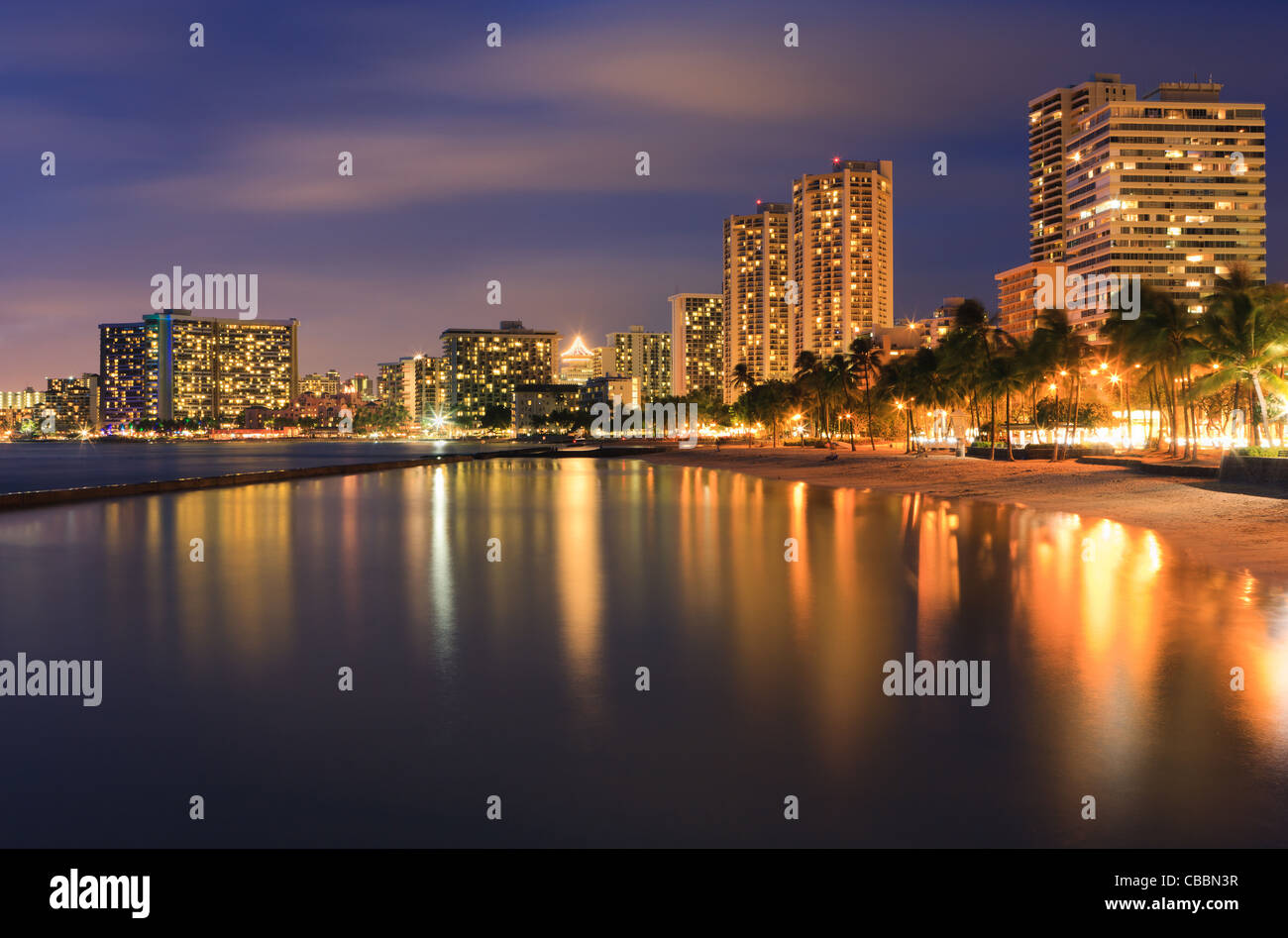 El atardecer en la famosa playa Waikiki, Honolulu, Oahu, Hawaii Foto de stock