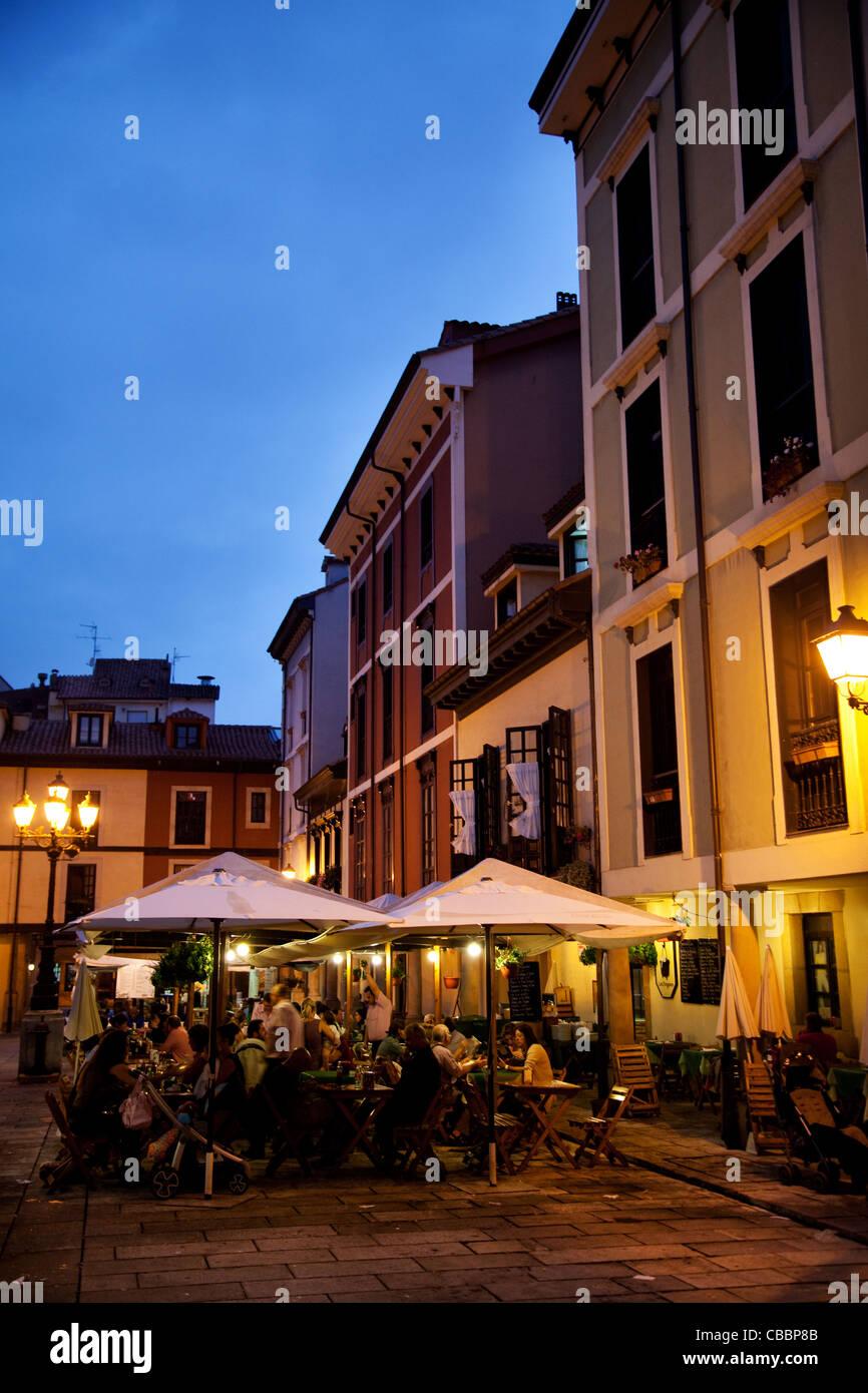 Terraza En La Noche Me Oviedo España Foto Imagen De Stock