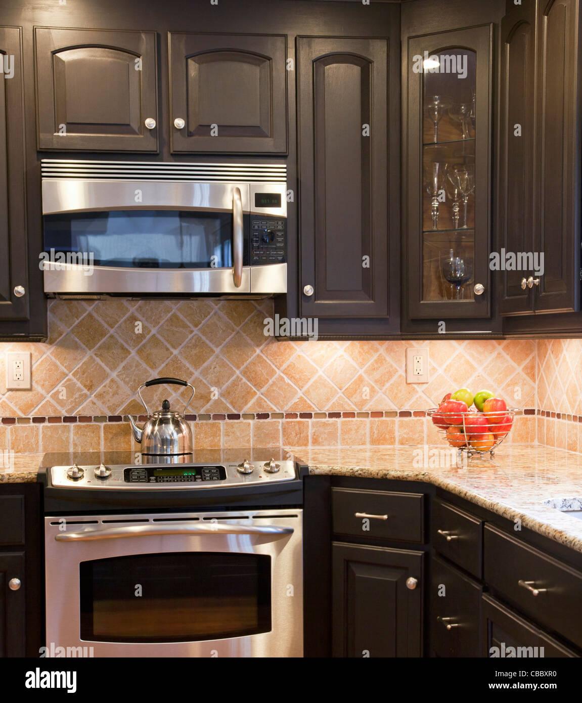 Cocina moderna con gabinetes de madera color marrón oscuro Foto ...