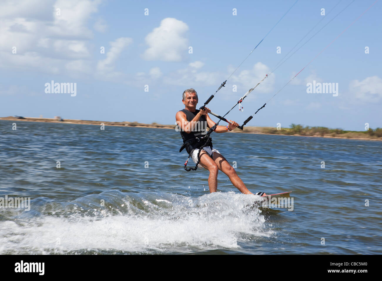Older Man wind surf en el lago Imagen De Stock