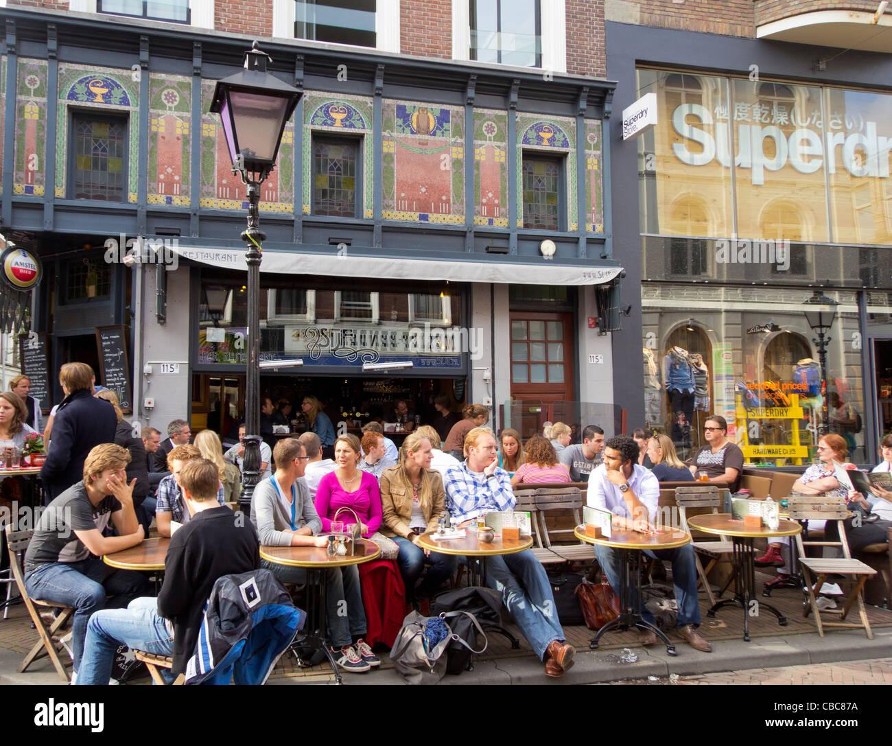 Un popular bar en el área de compras de Oude Binnenweg, Rotterdam, Países Bajos Imagen De Stock