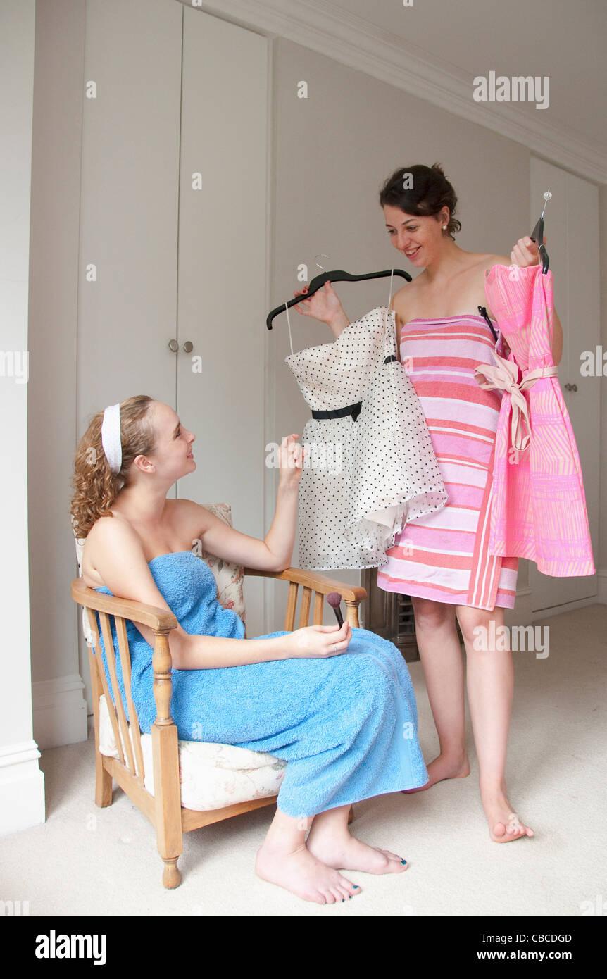 Las adolescentes sacando vestidos Imagen De Stock