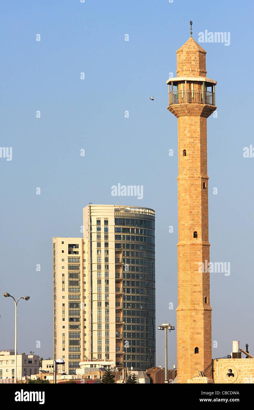 Imagen orientado vertical de la antigua mezquita y moderno edificio en Tel Aviv, Israel. Imagen De Stock