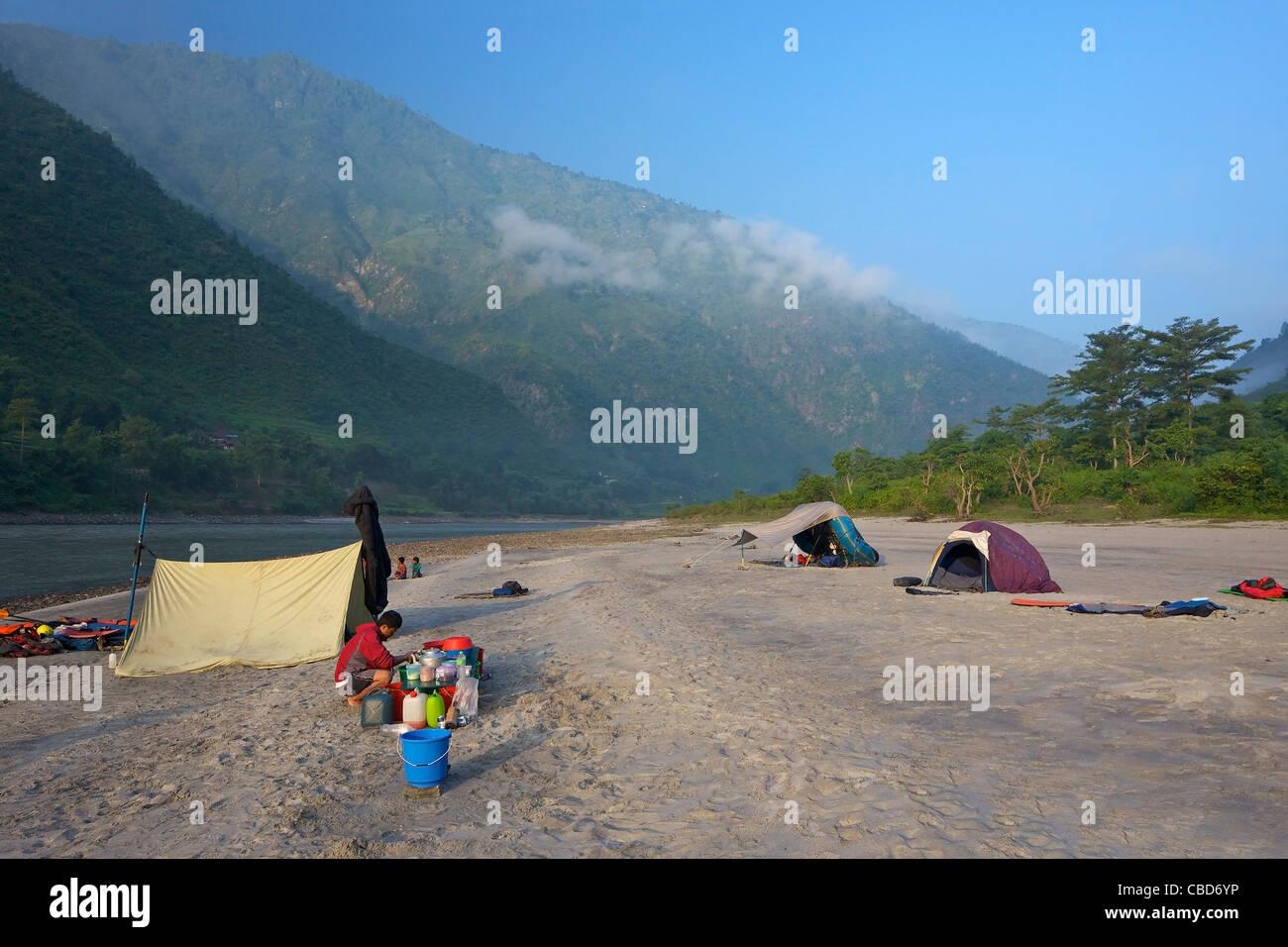 Camping La noche en viaje de rafting por el río Sun Kosi, Nepal, Asia Imagen De Stock