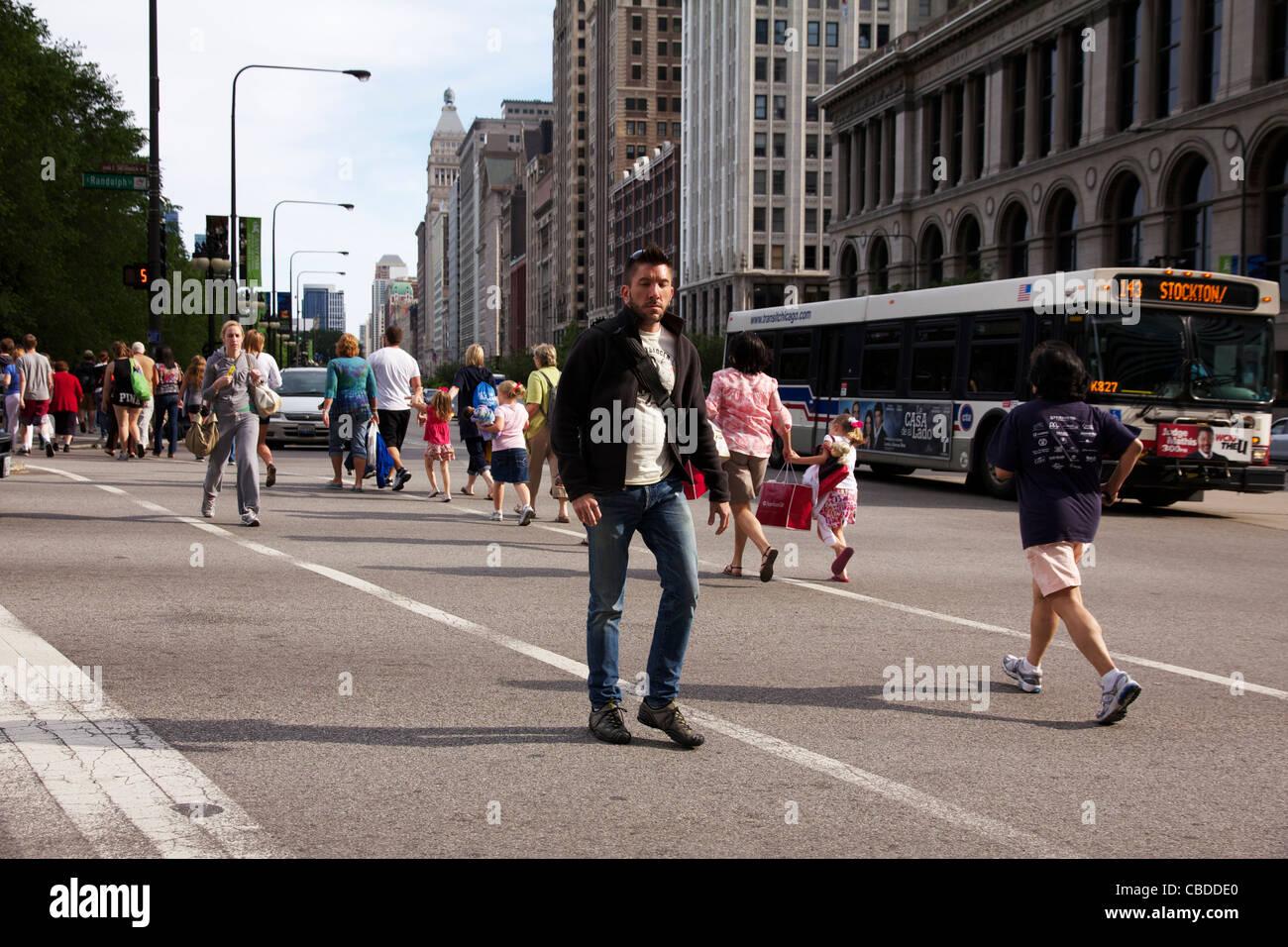 Los peatones cruce Randolph Street en Chicago, Illinois, Michigan Imagen De Stock
