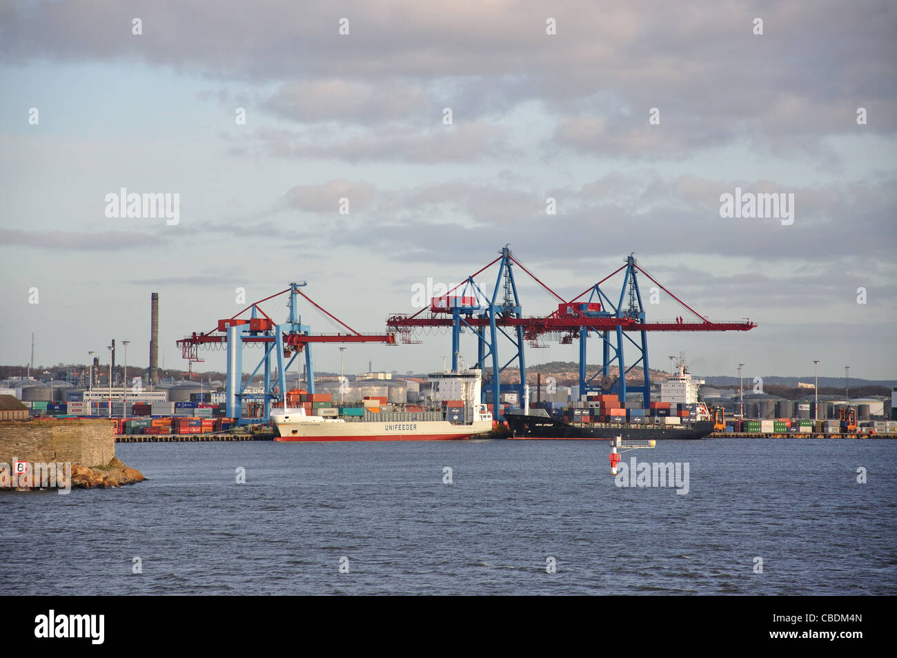Barcos de contenedores en la terminal de contenedores, el puerto de Gotemburgo, en Gotemburgo, en la provincia de Västergötland & Bohuslän, Reino de Suecia Foto de stock