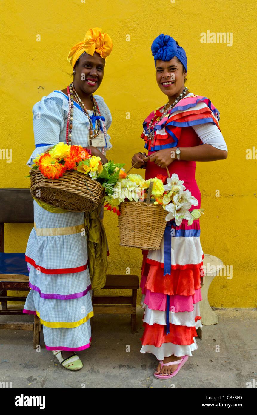 Las mujeres vestidas con el traje tradicional de Cuba La Habana Vieja Cuba Imagen De Stock