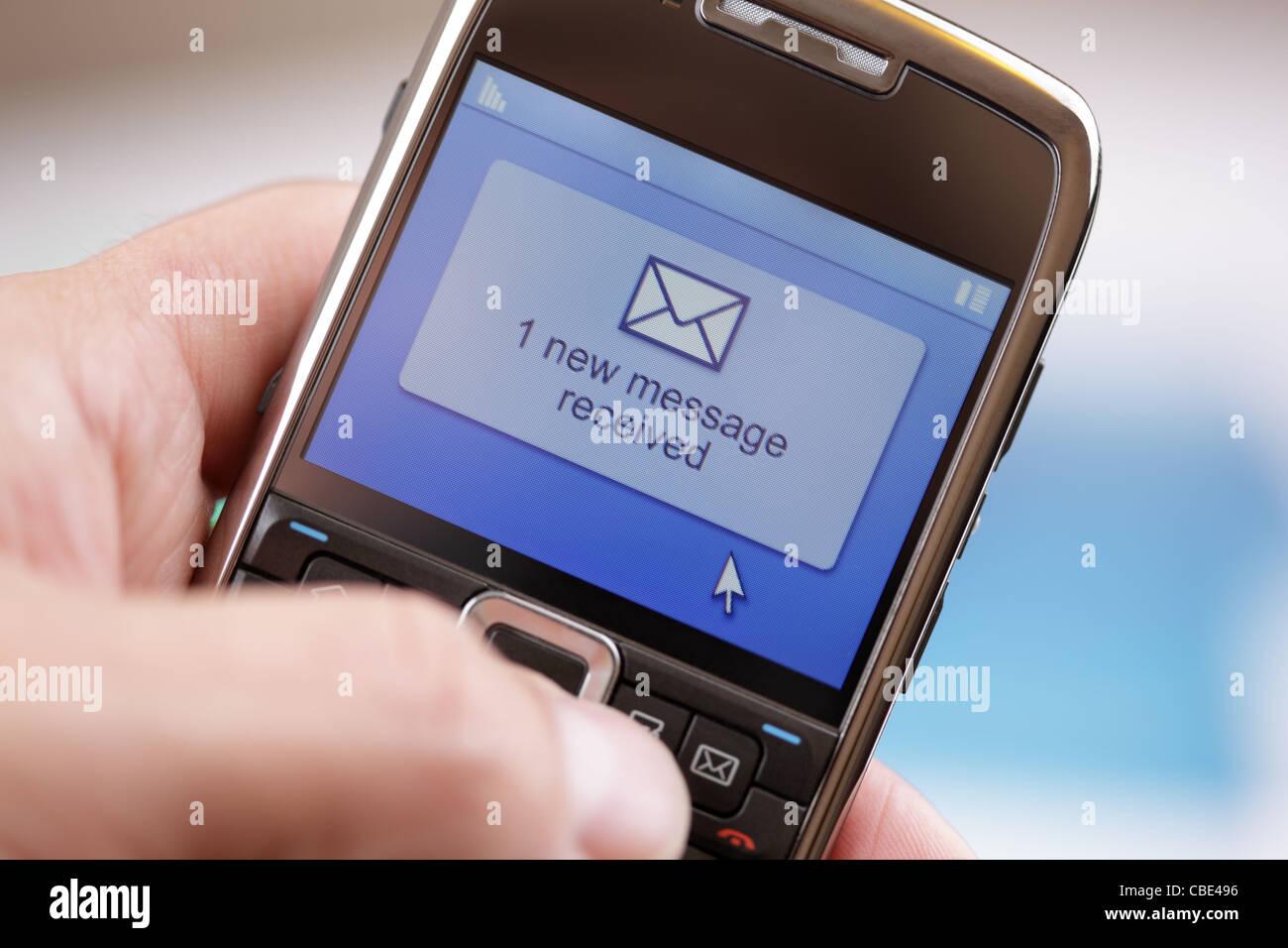 Teléfono móvil un mensaje de texto o correo electrónico Imagen De Stock
