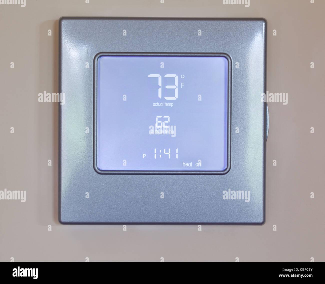 Termostato electrónico con pantalla LCD azul para el control de aire acondicionado y calefacción HVAC Imagen De Stock