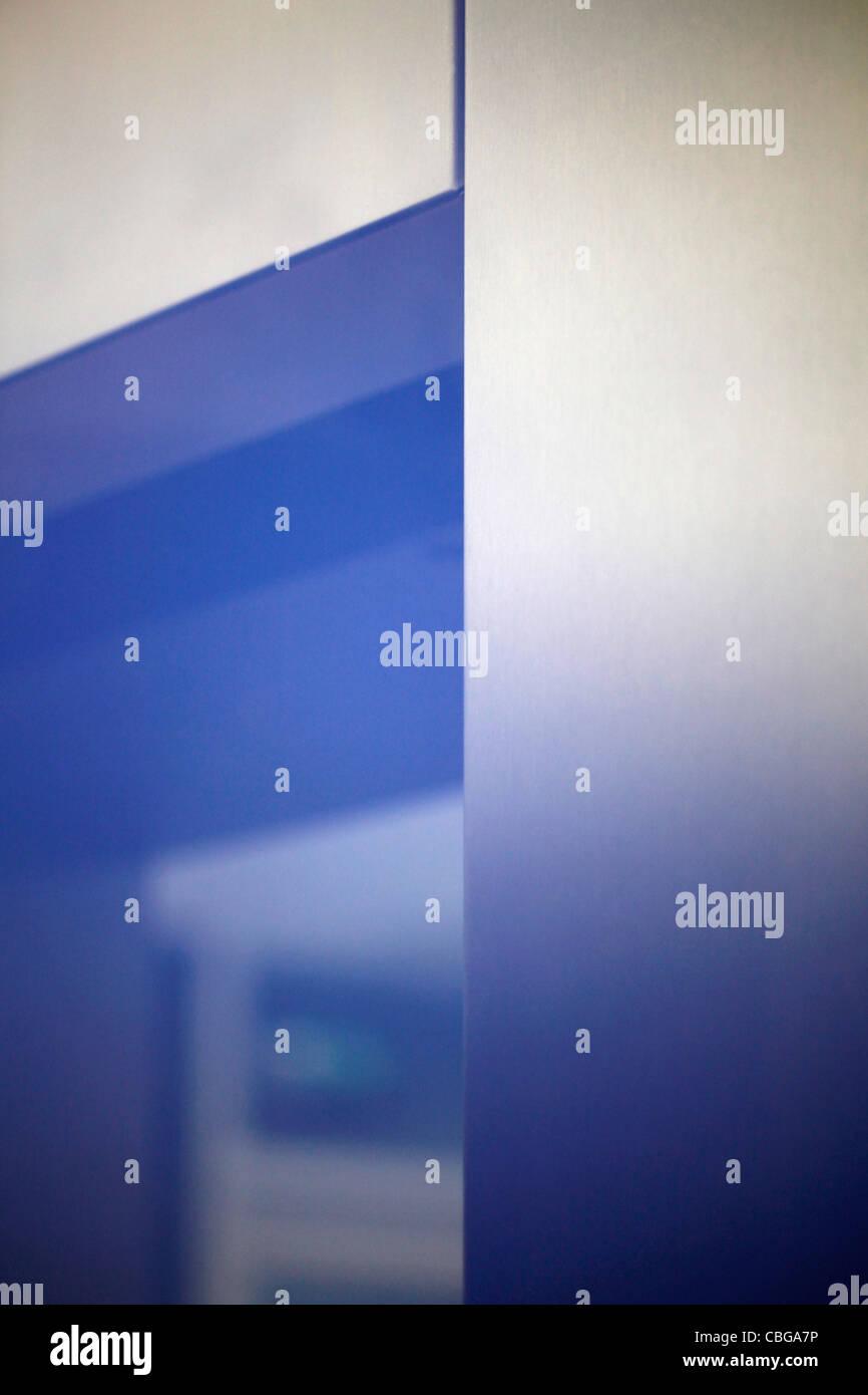 Luz azul resplandece sobre puerta del ascensor Imagen De Stock