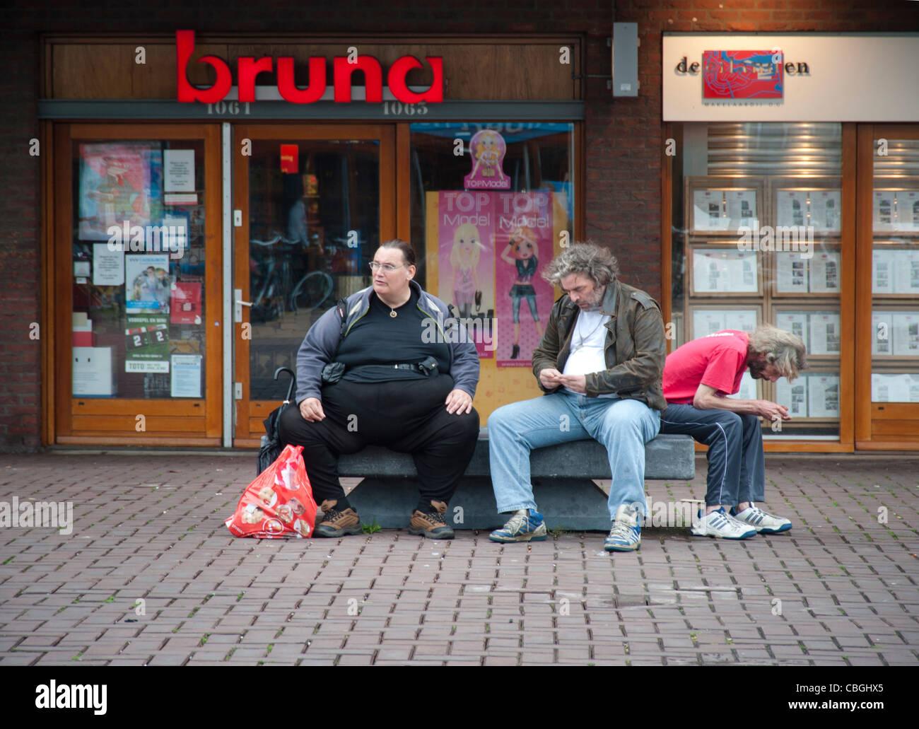 Los hombres que descansan en el shopping mall, obesidad, obesos, personas sin hogar, los Países Bajos, Amsterdam, Imagen De Stock