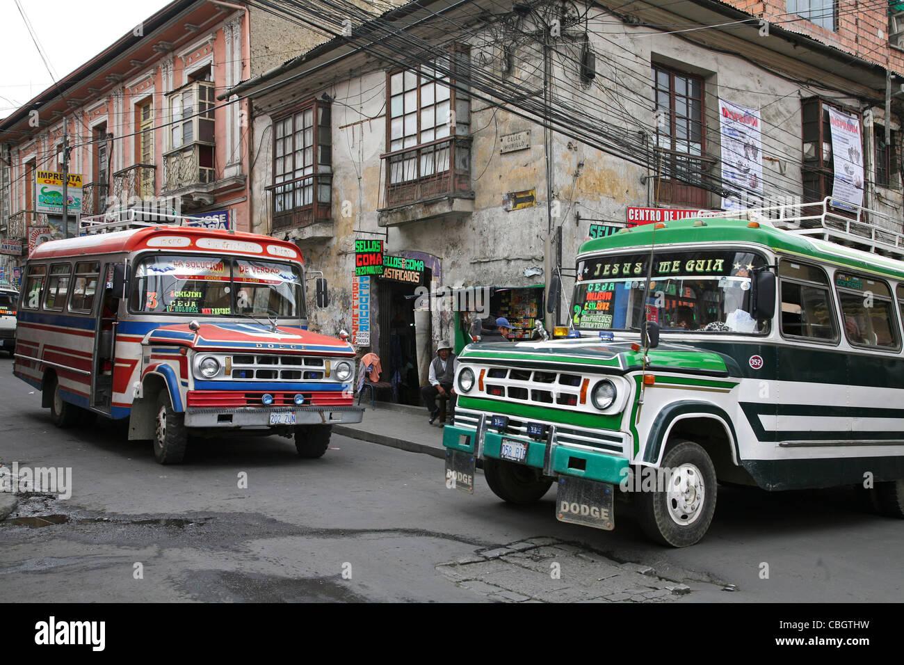 Esquina de la calle con coloridos autobuses de transporte público en la ciudad La Paz, Bolivia Imagen De Stock