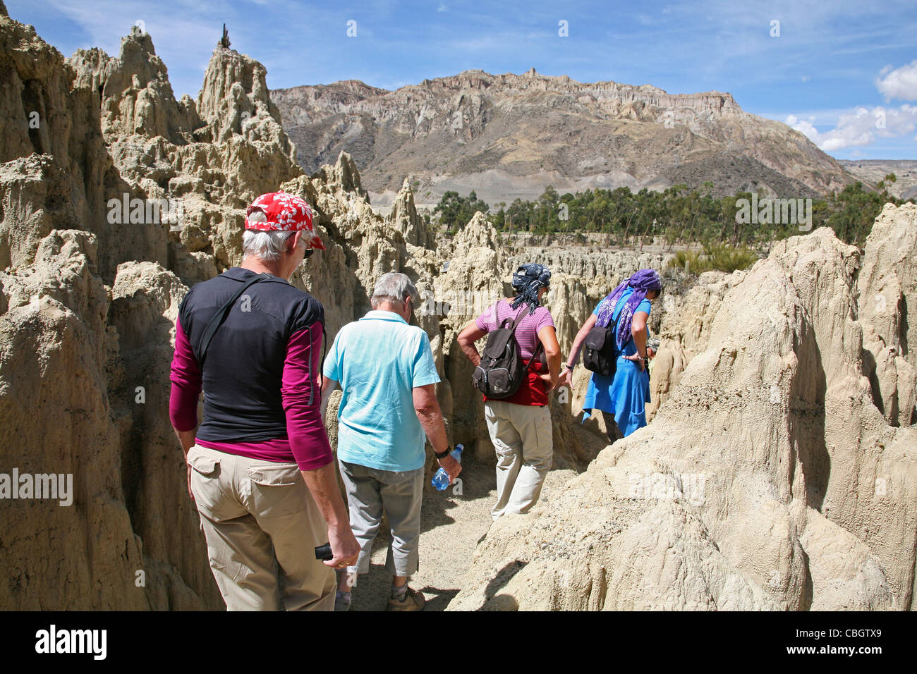 Los turistas que visitan la erosionada formaciones de roca caliza en el Valle de la Luna / Valle de la Luna, cerca Imagen De Stock