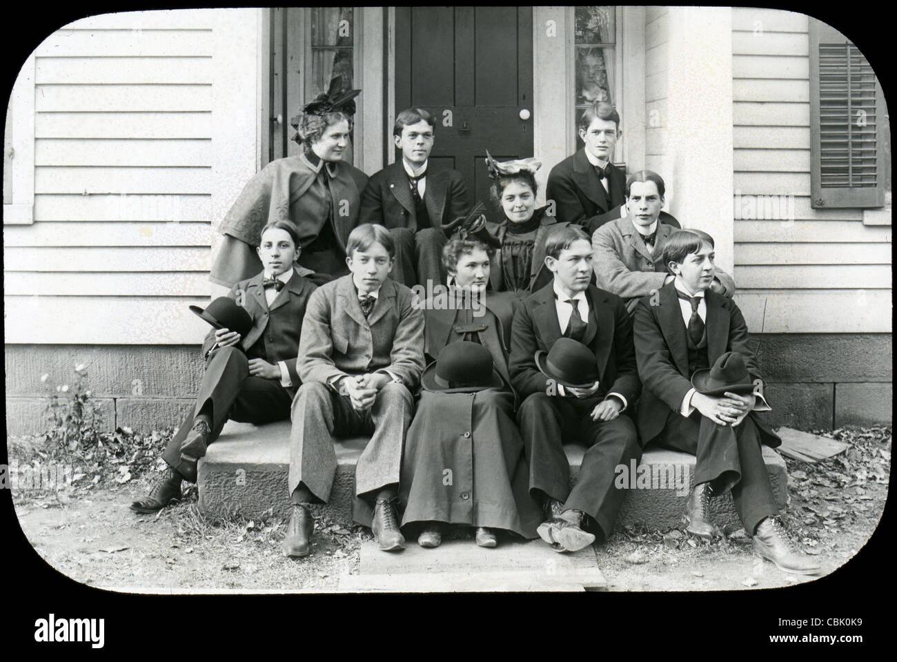 Circa 1900 foto antigua de un grupo de jóvenes, hombres y mujeres. Foto de stock