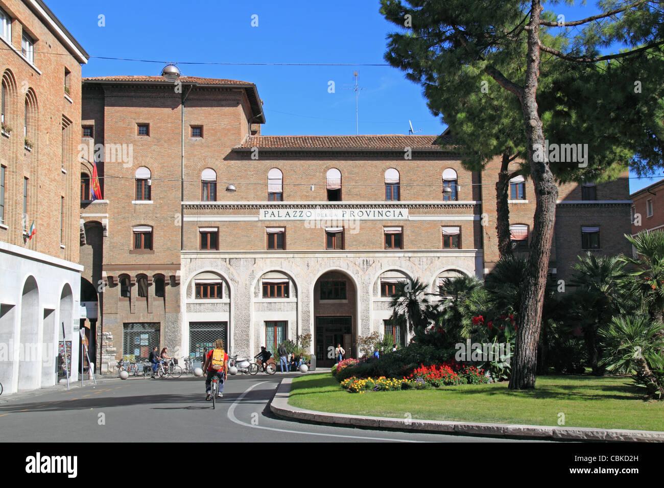 El Palazzo della Provincia, edificio del gobierno provincial, Piazza Caduti Per La libertá, Ravenna, Emilia Imagen De Stock