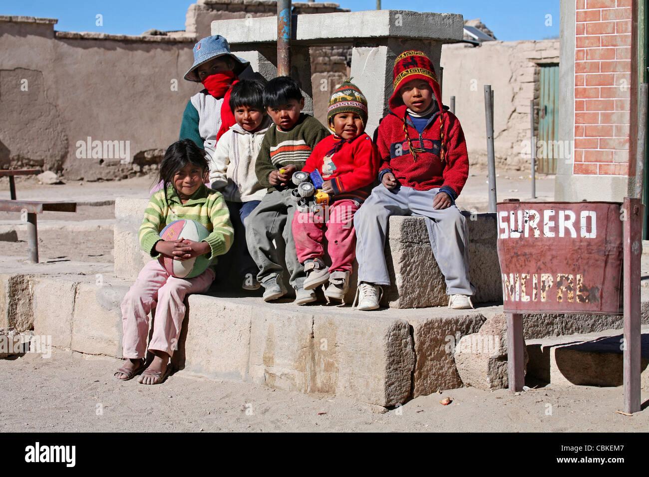 Los niños indígenas nativos posando en San Juan, Bolivia Imagen De Stock