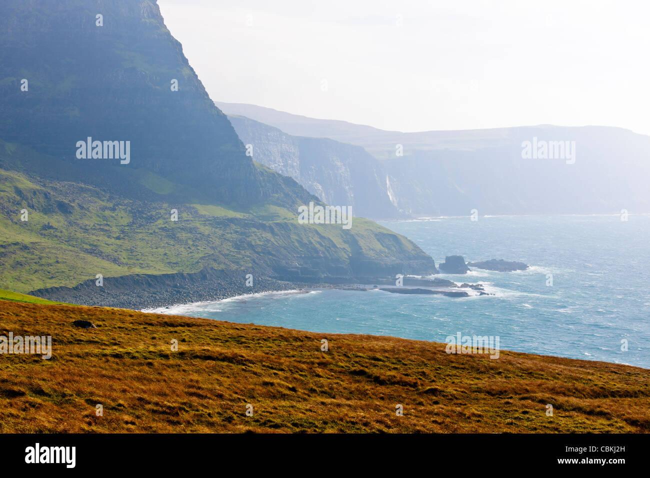 Neist Point,Faro,un teleférico se usa para llevar los suministros para el faro,Moonen Oisgill Bay,Bay,Isla de Sky,Escocia Foto de stock